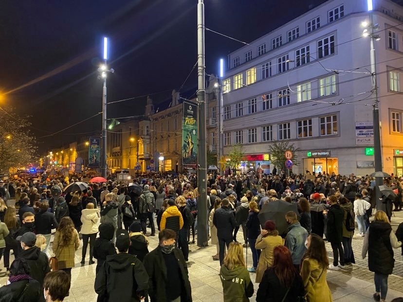 Protest rozpoczął się pod siedzibą katowickiego oddziału Prawa i Sprawiedliwości w Katowicach, przy ul. Warszawskiej 6. [fot. Bartosz Bednarczuk]