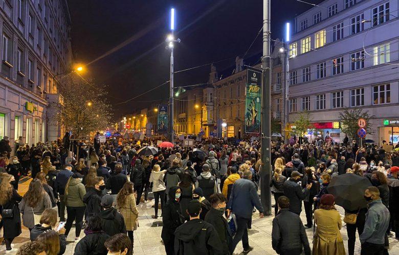 Ogromne protesty ws. zakazu aborcji na Śląsku! W Katowicach protestujący i policja pod katedrą! (foto. Bartosz Bednarczuk)