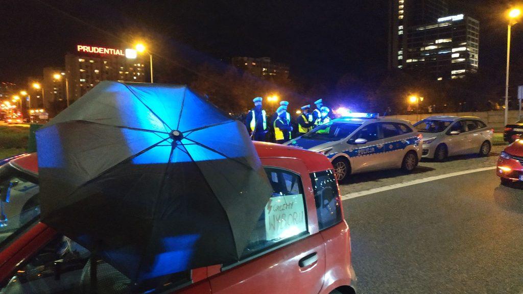 Na Rondzie pojawili się protestujący w samochodach. Trzymali przez otwarte okna parasolki - symbol ich walki o prawa kobiet, a także transparenty z różnymi hasłami