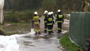 Ponad 30 lokalnych podtopień, zalane posesje oraz prawie pół tysiąca interwencji straży pożarnej, to efekt padającego nieprzerwanie od kilku dni deszczu w woj. śląskim