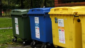 Nałożona na mieszkańców kara zakłada zapłatę podwójnej stawki w wysokości 43,70 zł za odbiór śmieci na osobę za 10 miesięcy wstecz. Mieszkańcy są oburzeni