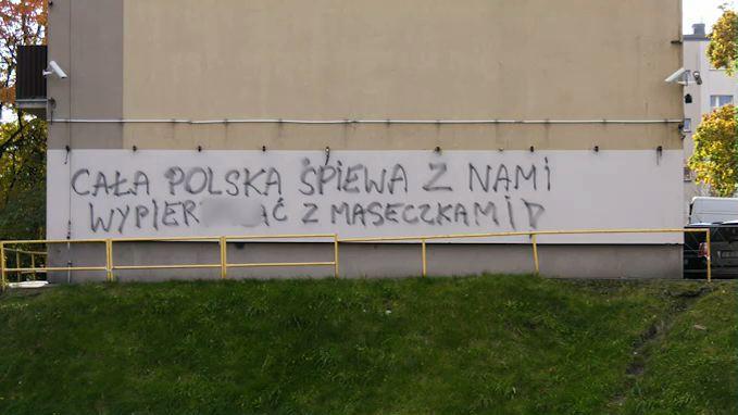 Katowice: Wulgarne hasło na bloku zachęca, żeby nie nosić maseczek