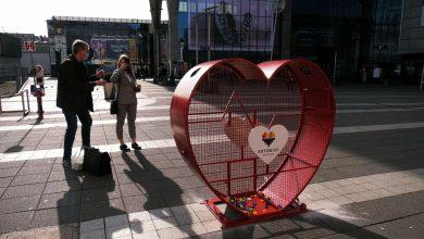 Zbiórka z sercem, czyli OGROMNE serce na nakrętki stanęło przed dworcem w Katowicach