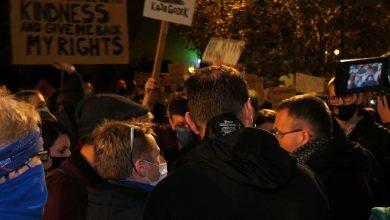Katowice: Ksiądz wyszedł do protestujących przed katedrą i stał się internetowych viralem!