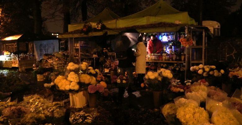 To dramat dla setek sprzedawców zniczy i kwiatów, którzy w tym czasie zarabiają tak naprawdę na przeżycie kolejnych dwunastu miesięcy. [fot. archiwum]