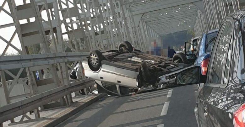 Zablokował most na kilka godzin, rozbił 4 auta, on sam dachował. Miał 4 promile (fot.Policja Lubelska)