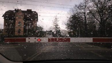 Nawierzchnia tak zaorana, że nie było szans przejechać. Przejazd kolejowy w Pszczynie zamknięty (fot.UM Pszczyna)