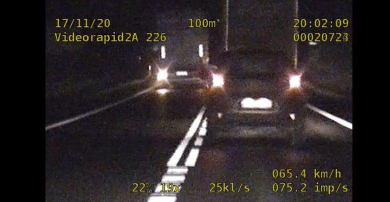 Policjanci z podlaskiej grupy Speed zatrzymali do kontroli dwa tiry, których kierowcy wyprzedzali ciąg pojazdów, łamiąc przy tym szereg przepisów drogowych (fot. policja.pl)