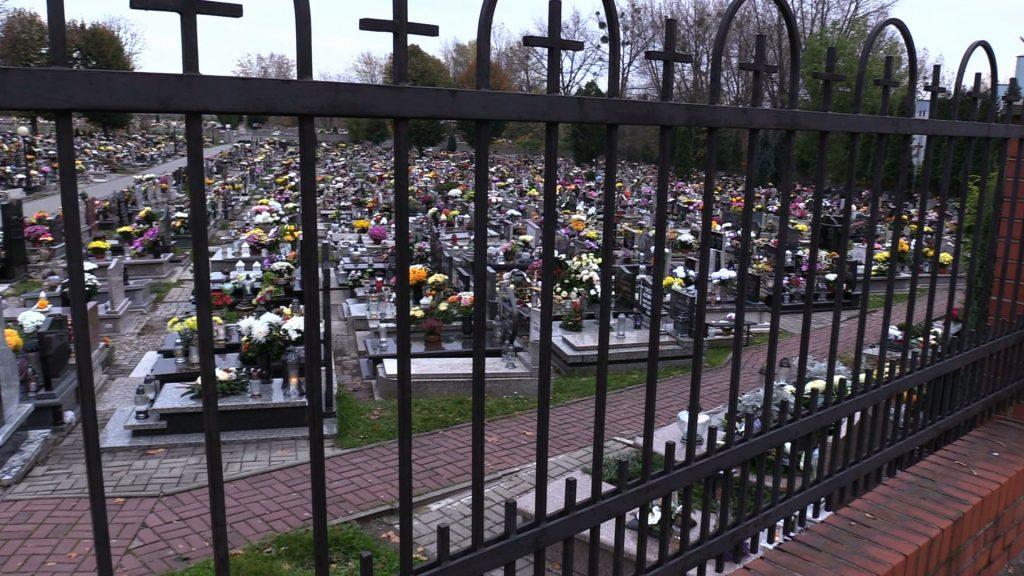 Puste cmentarze na Śląsku i w Zagłębiu. W tym roku Wszystkich Świętych jeszcze bardziej przygnębiające