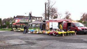 Ludzie kupują kwiaty od handlarzy pod cmentarzami. Solidarność z poszkodowanymi jest ogromna!
