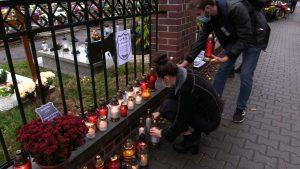 Symboliczne nekrologii i znicze na bramie cmentarza w katowickiej Ligocie. To akcja studentów Śląskiego Uniwersytetu Medycznego