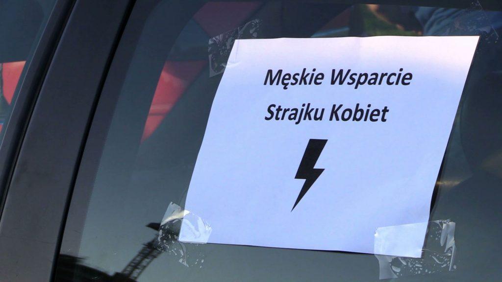 W Katowicach pasjonaci motoryzacji wspólnie z miłośnikami militariów zorganizowali poparcie dla Protestu Kobiet
