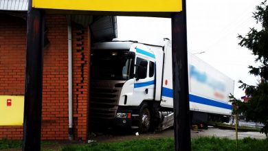 Wjechał tirem w budynek marketu. Ewakuowano klientów (fot.policja.pl)