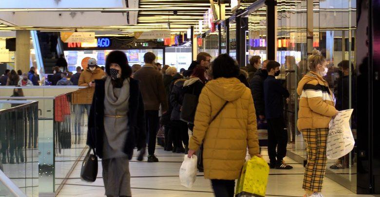 Nawet jeśli uda się wejść do centrum handlowego, to nie znaczy, że nie trzeba będzie stanąć w kolejkach, aby wejść do konkretnego sklepu.