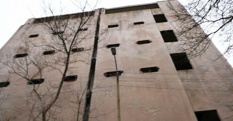 Policja wciąż wyjaśnia jak doszło do tragedii w Sosnowcu. Dwie dziewczyny wypadły z okna, jedna nie żyje