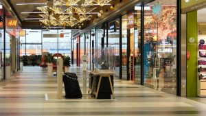 Choć z szeregiem ograniczeń, to w sobotę, 28 listopada - zgodnie z zapowiedzią rządu zostaną otwarte sklepy w galeriach handlowych. Zarządcy spodziewają się kolejek
