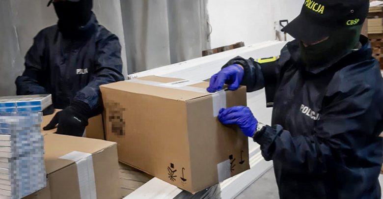Szlak przemytu papierosów do Wielkiej Brytanii zlikwidowany przez CBŚP i KAS. Wspólne działania CBŚP i KAS doprowadziły do zatrzymania 5 osób oraz przejęcia około 14 mln nielegalnych papierosów (fot.policja.pl)
