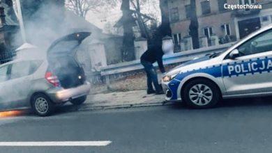 Śląskie: Mercedes zaczął się palić w trakcie jazdy. W środku była dwójka małych dzieci (fot.Śląska Policja)