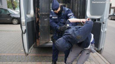 Śląskie: Wskoczył na samochód na skrzyżowaniu i wyciągnął pistolet (fot. Policja Śląska)
