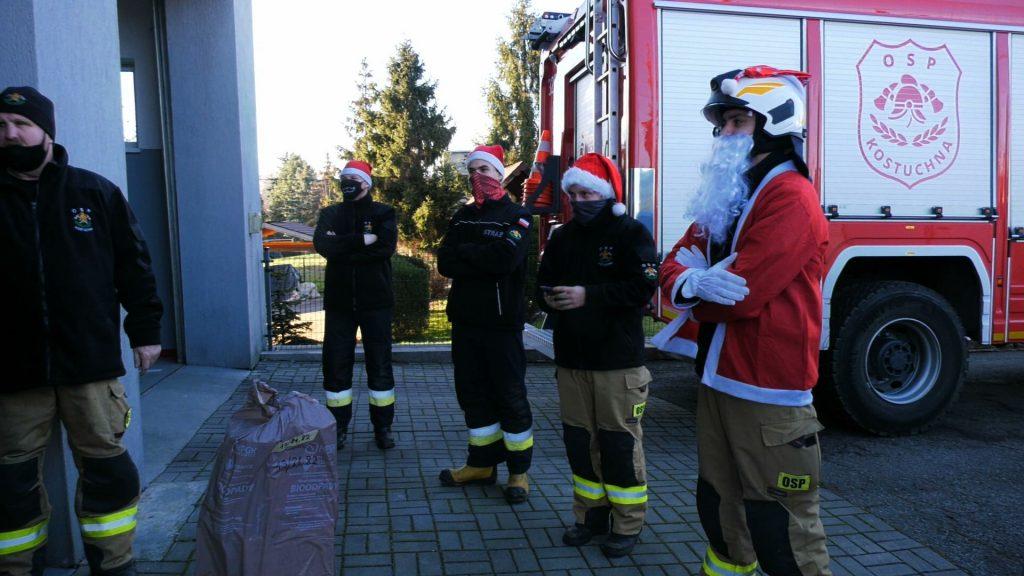 Do roli św. Mikołaja oddelegowano druha z OSP Kostuchna, który wraz z kolegami prezenty musiał zawieźć do aż 138 dzieci