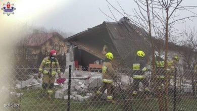 Policjanci wydobyli spod gruzów zawalonego domu jednorodzinnego starszego mężczyznę. Na miejscu budowlanej katastrofy byli przed strażakami, a liczyła się każda chwila (fot.policja.pl)