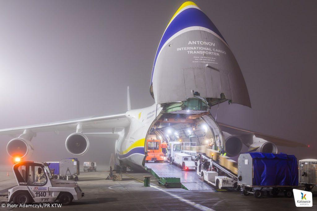 Na pokładzie An-124, na zlecenie zabrzańskiej firmy ZARYS przyleciało około 700 metrów sześciennych sprzętu medycznego (fot.Katowice Airport)