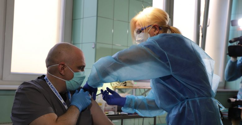 Idzie szybko! Ponad pół tysiąca medyków w Śląskiem już zaszczepionych! 2 tysiące szczepionek trafiło do 10 szpitali (fot.facebook/Jarosław Wieczorek)