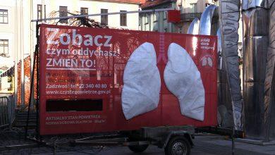 """Przez najbliższe dwa tygodnie mieszkańcy Pszczyny będą mogli obserwować jakim powietrzem oddychają w swoim mieście. Mobilne płuca, które pojawiły się na rynku, są elementem akcji """"Zobacz, czym oddychasz. Zmień to"""""""