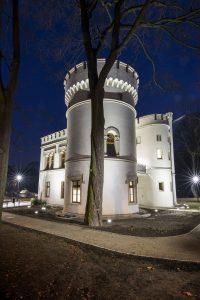 Odbudowa oficyny pałacu wiązała się z koniecznością wykonania prac konstrukcyjnych, instalacyjnych, wykończeniowych. Odtworzono stolarkę okienną i drzwiową – w tym charakterystyczne dla angielskiego gotyku Tudorów detale wnęk okiennych (fot.UM Bytom)