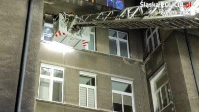 Policjanci nie dali się jednak zwieść. Wezwali do pomocy straż pożarną, która najpierw dokonała sprawdzenia pomieszczeń przez okno znajdujące się na 3 piętrze, a następnie wyważyła drzwi do mieszkania. [fot. Sląska Policja]