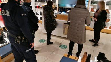 Policja i Sanepid w Dąbrowie Górniczej prowadzą wzmożone kontrole w centrach handlowych. [fot. KMP Dąbrowa Górnicza]