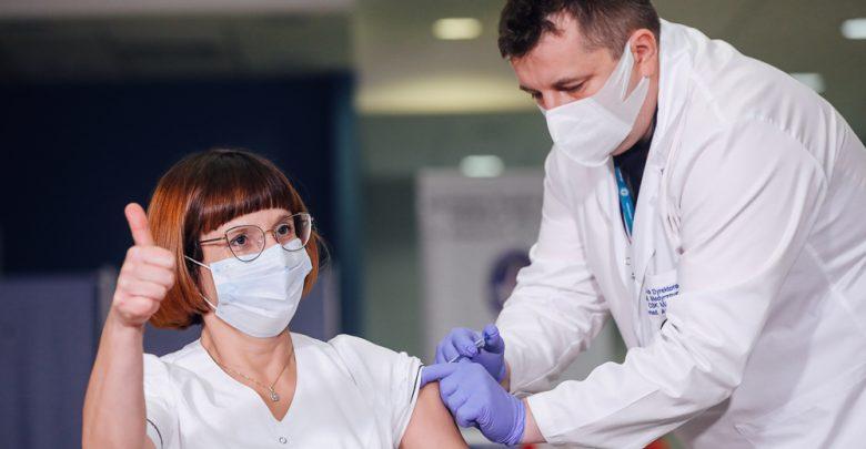 """Pierwsze szczepienie na COVID. """"Czuję się bardzo dobrze"""". Fot. Adam Guz/KPRM"""