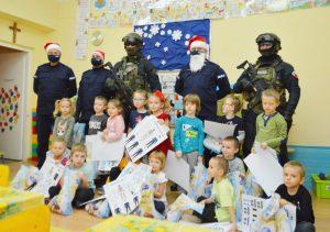 Kontrterroryści w przedszkolu. Chyba ich widok sprawił dzieciakom taką samą radochę jak prezenty. O ile nie większą! (fot.policja)