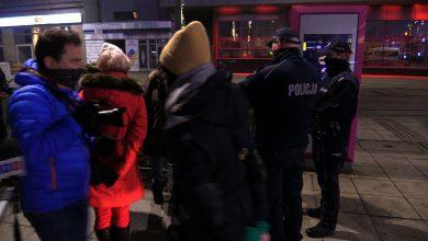 Protesty przeciwko godzinie policyjnej w Katowicach. Policjantów więcej niż uczestników