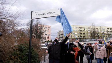 Na placu Teatralnym przed Teatrem Ziemi Rybnickiej pojawiła się nowa tablica. Odsłoniła ją Iwona Świętochowska-Kutz, wdowa po jednym z najbardziej rozpoznawalnych śląskich twórców.