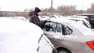 Złe odśnieżenie samochodu może być bardzo kosztowne. Zbyt dużo śniegu na aucie to 500 zł i 6 punktów karnych!