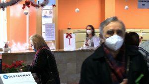 Wielu seniorów, którzy przyszli się dzisiaj zarejestrować na szczepienie przeciwko Covid-19, odeszło od okienek z kwitkiem