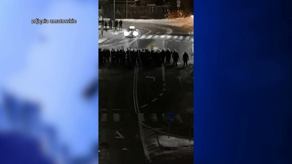Przed klubem doszło do regularnej bitwy. W starciach ucierpiało kilka osób, w tym dwóch policjantów. Zdewastowany został również radiowóz