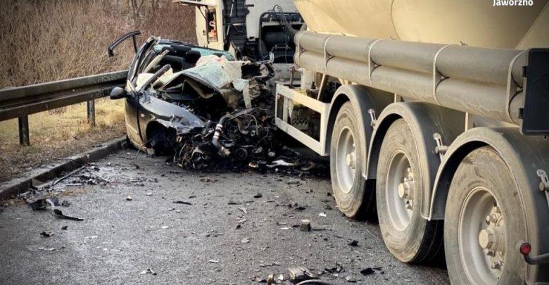 Jaworzno: Czołówka seata z ciężarówką. 27-latka zginęła na miejscu (fot.Śląska Policja)