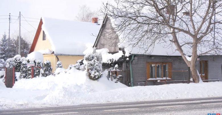 Odśnieżanie trzy razy dziennie. Intensywne opady śniegu w Beskidach [WIDEO]