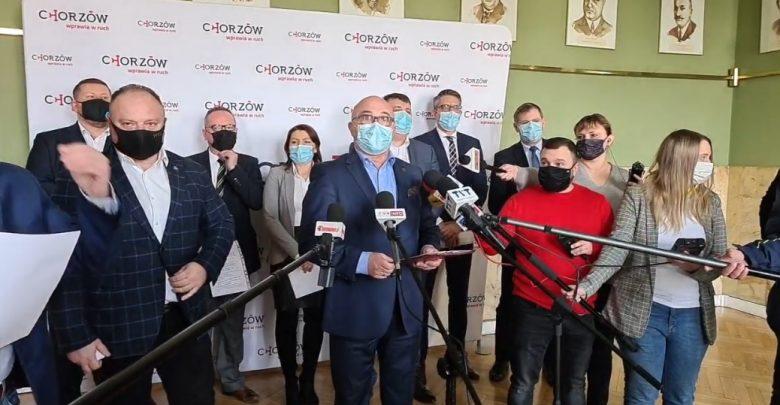 Nikt nie został zatrzymany i nikt nie usłyszał zarzutów, a urzędnicy wydali policji wszystkie dokumenty – poinformował dziś na konferencji prasowej prezydent Chorzowa Andrzej Kotala (fot; UM Chorzów)