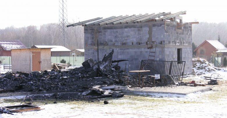 Tragiczny w skutkach pożar na terenie ogródków działkowych w Sosnowcu, przy granicy z Mysłowicami. Ogień strawił altanę, w której zostało znalezione zwłoki kobiety