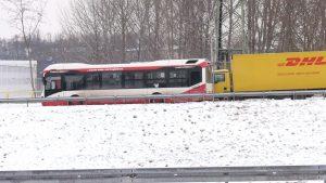 Ze względu na panujące warunki atmosferyczne pasażerowie autobusów i tramwajów musieli się dzisiaj uzbroić w cierpliwość