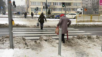 Kiedy całe województwo zasypał śnieg, priorytetem dla służb było odśnieżenie i udrożnienie dróg. Problem w tym, że podczas tego udrażniania powstały zatory na przejściach dla pieszych