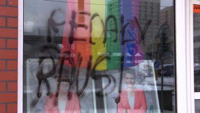 """W witrynie tęczowa flaga, na szybie """"Pedały Raus!"""". Kto zdewastował witrynę biura Moniki Rosy?"""