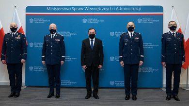 Na zdjęciu minister Mariusz Kamiński, komendant główny Policji gen. insp. Jarosław Szymczyk oraz trzech nowych komendantów wojewódzkich Policji (źr: gov.pl)