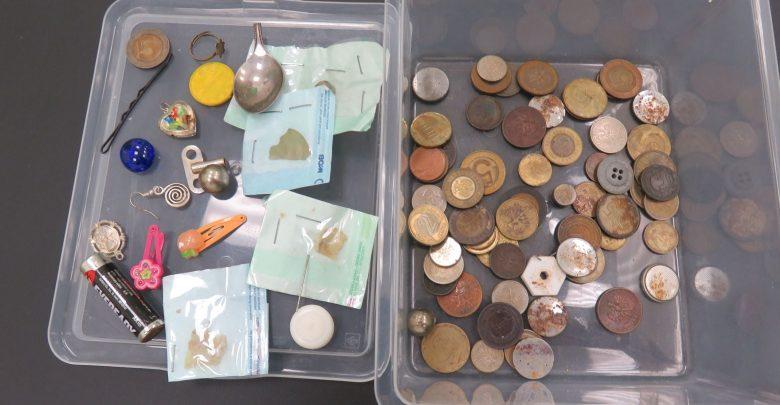 Dzieci połykają monety, spinki, kapsle a nawet sztućce. Lekarze ostrzegają