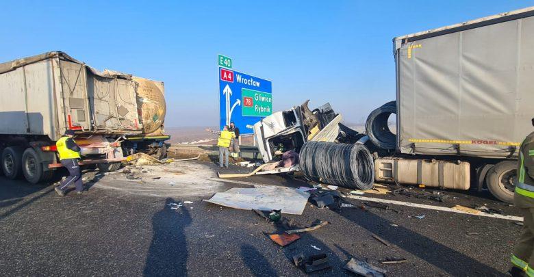 Zderzenie trzech ciężarówek na autostradzie A4 w Gliwicach! Wypadek miał miejsce na A4 na wysokości bramek w kierunku na Wrocław. (fot.Śląska Policja)