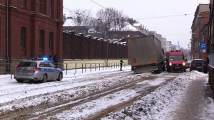 TIR wjechał na tory tramwajowe i sparaliżował ruch między Sosnowcem a Katowicami