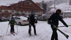 Pierwsze dni po poluzowaniu obostrzeń przyciągnęły tłumy narciarzy, choć jak widać z dnia na dzień zainteresowanie nie jest już tak ogromne